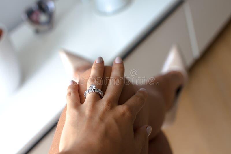 Schöne weibliche Hand mit elegantem Diamantring lizenzfreie stockfotografie