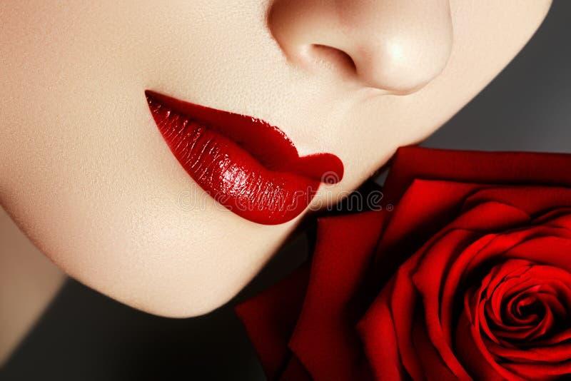 Schöne weibliche Lippen der Nahaufnahme mit hellem rotem Make-up vollkommen stockbild