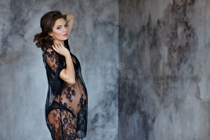 Schöne weiche und sinnliche schwangere Frau in schwarzem transparentem d lizenzfreies stockfoto