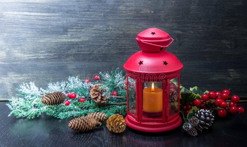 Schöne Weihnachtsdekoration mit roter Laterne stockfotografie