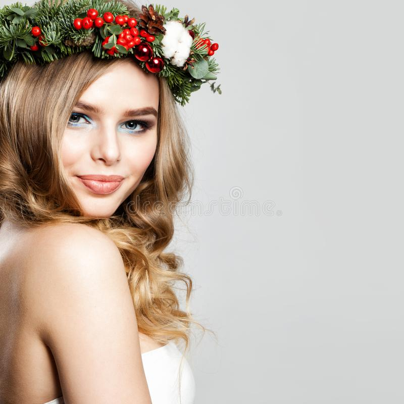 Schöne Weihnachtsfrau Glückliches Mode-Modell mit Weihnachten stockbild