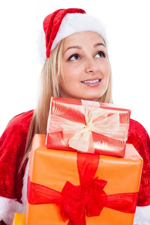 Schöne Weihnachtsfrau mit Geschenken lizenzfreie stockfotografie