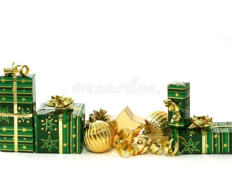 Schöne Weihnachtsgeschenke auf weißem backgr lizenzfreie stockfotografie