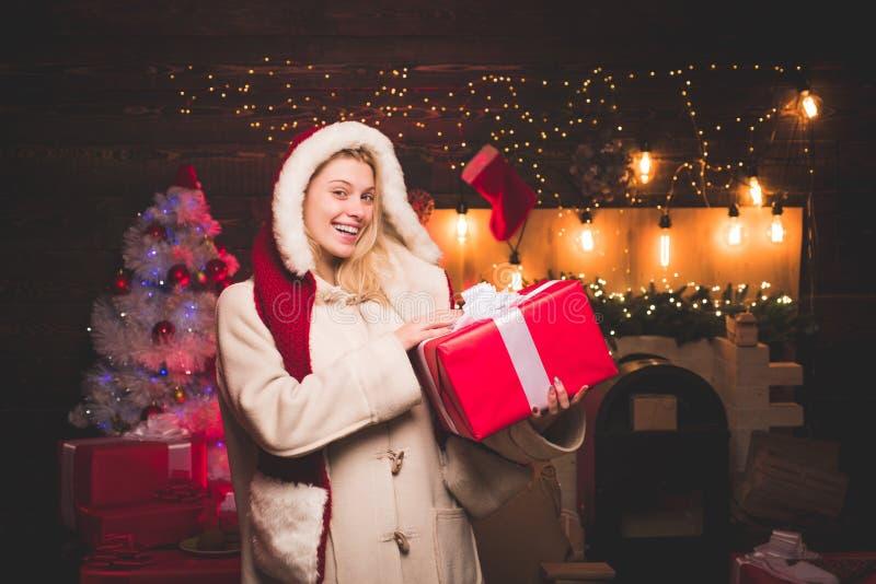 Schöne Weihnachtsmann-Frau Porträt des schönen Mädchens Sankt-Kleidung tragend Weihnachtsfrauenkleid Sinnliches Mädchen für lizenzfreies stockfoto