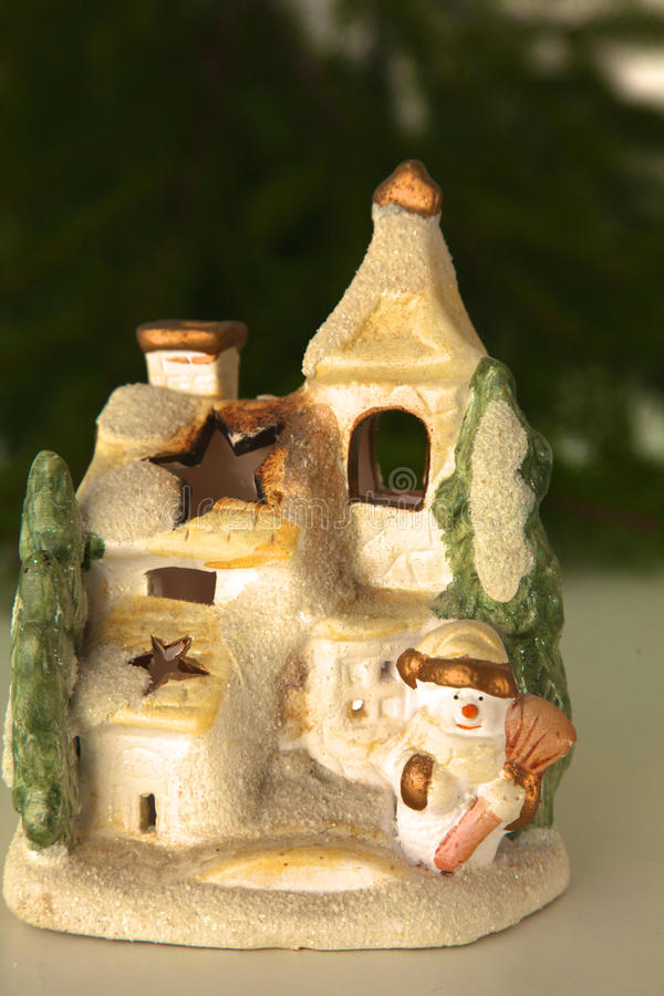 Schöne Weihnachtszusammensetzung mit kleinem Vogelhaus stockbilder