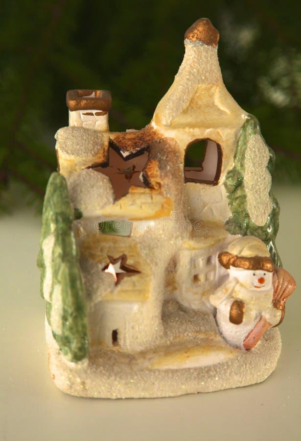 Schöne Weihnachtszusammensetzung mit kleinem Vogelhaus lizenzfreie stockbilder