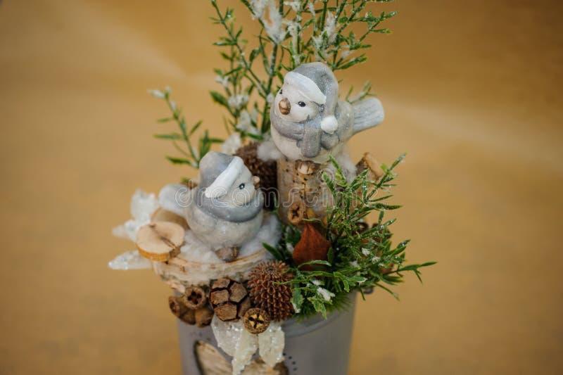 Schöne Weihnachtszusammensetzung mit kleinen Vögeln lizenzfreie stockfotografie