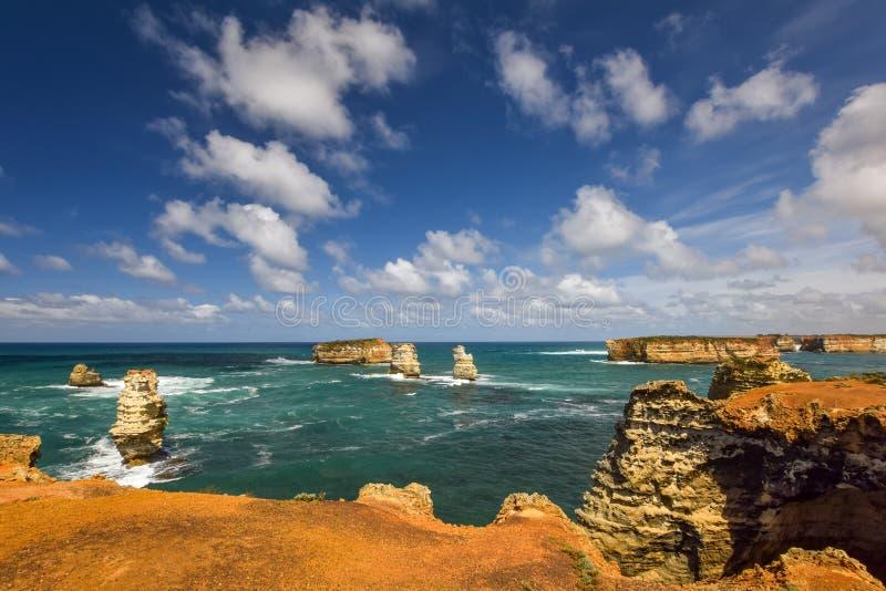 Schöne Weitwinkelansicht der Küstenlinie an der Bucht von Inseln entlang der großen Ozean-Straße lizenzfreie stockfotografie