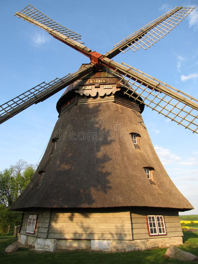 Schöne Windmühle in Nord-Deutschland stockbilder