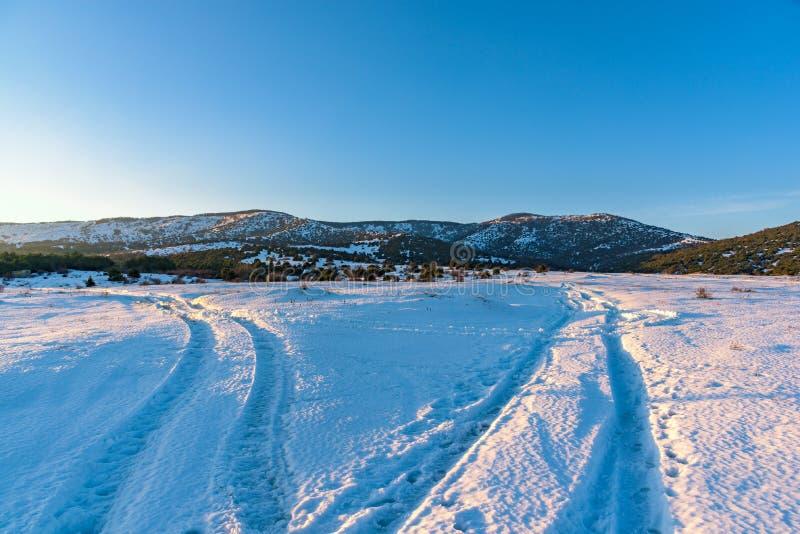 Schöne Winterberglandschaft mit Verzweigungsstraßen Russland, Stary Krym stockfoto