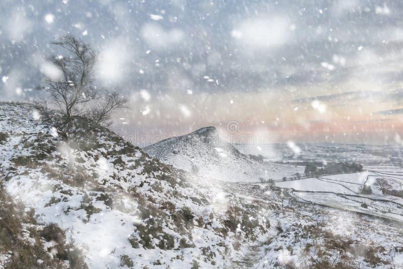 Schöne Winterlandschaft bei vibrierendem Sonnenuntergang über Schnee bedeckte Landschaft im Sturm der starken Schneefälle lizenzfreies stockbild