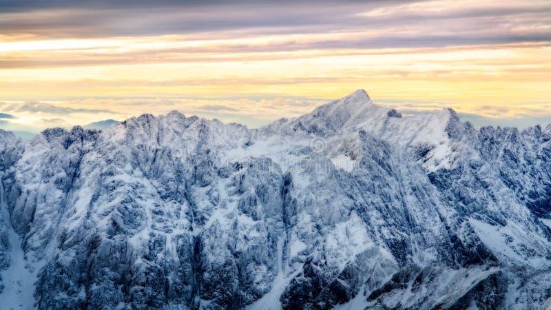 Schöne Winterlandschaft mit geschneiten Bergspitzen, hohes Tatras, Slowakei lizenzfreies stockbild