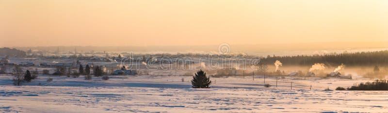 schöne Winterlandschaft und -dorf an der Landschaft bei Sonnenuntergang, Kasan lizenzfreies stockbild