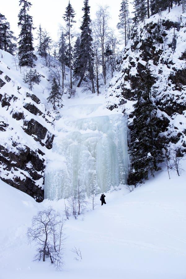 Wintermärchenland mit gefrorenem Wasserfall, Finnland stockfoto