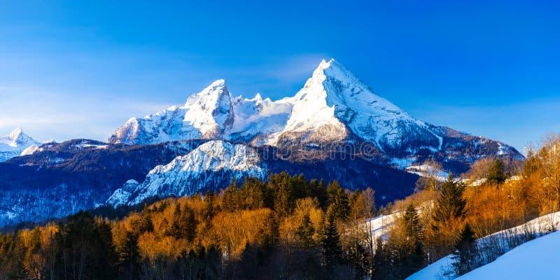 Schöne Wintermärchenland-Gebirgslandschaft in den Alpen mit Pilgerfahrtkirche von Maria Gern und berühmtem Watzmann-Gipfel in lizenzfreie stockfotografie