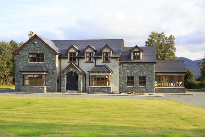 Schöne Wohnlandhäuser in Irland stockfotografie