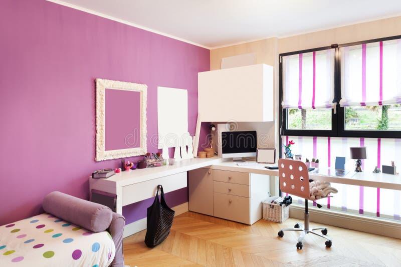 Schöne Wohnung versorgt, Schlafzimmer stockfotografie