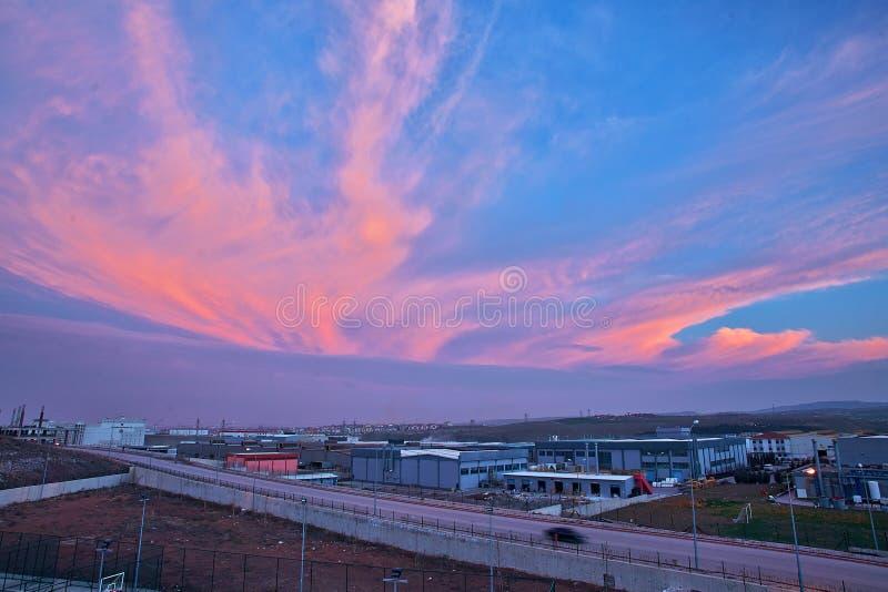 Schöne Wolke auf einer Fabrik lizenzfreie stockbilder
