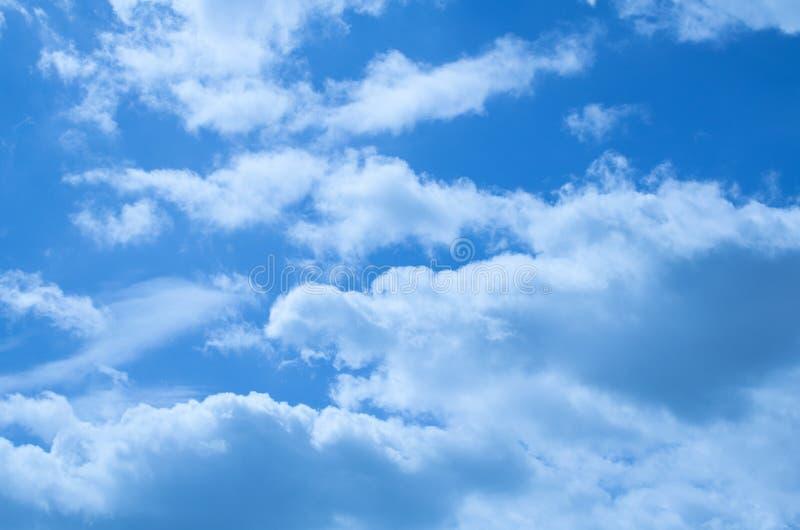 Schöne Wolken auf einem tiefen blauen Himmel stockfoto