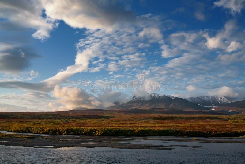 Schöne Wolken in dem Gebirgsherbst lizenzfreies stockfoto