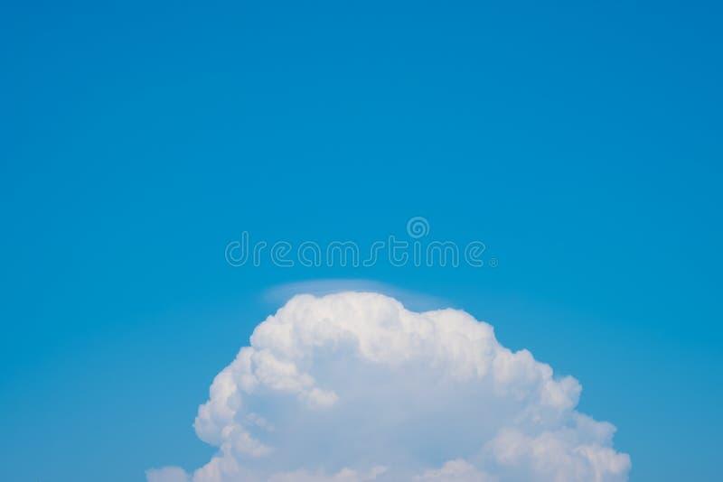 Schöne Wolken des blauen Himmels für Hintergrund stockfotos