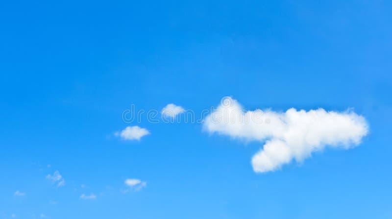 Schöne Wolken im Flugzeug formen auf blauen Himmel lizenzfreies stockfoto