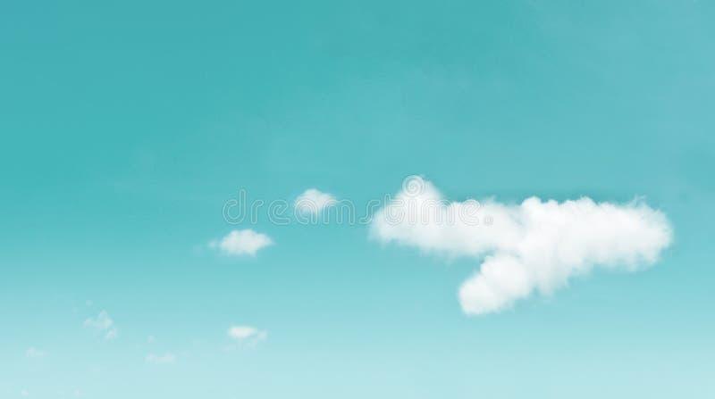 Schöne Wolken im Flugzeug formen auf blauen Himmel kleines Auto auf Dublin-Stadtkarte stockbild