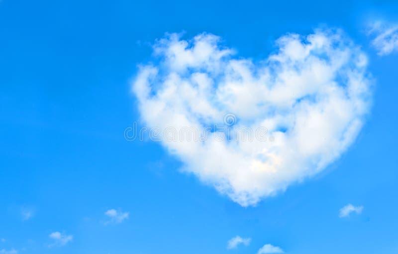 Schöne Wolken im Herzen formen auf blauen Himmel Liebes-Natur-Konzept lizenzfreie stockbilder