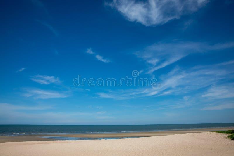 Schöne Wolken mit Hintergrund des blauen Himmels auf Meer lizenzfreies stockfoto