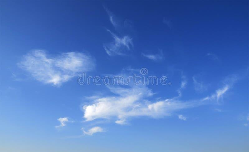 Schöne Wolkenbildung in blauem Himmelindien lizenzfreie stockfotografie