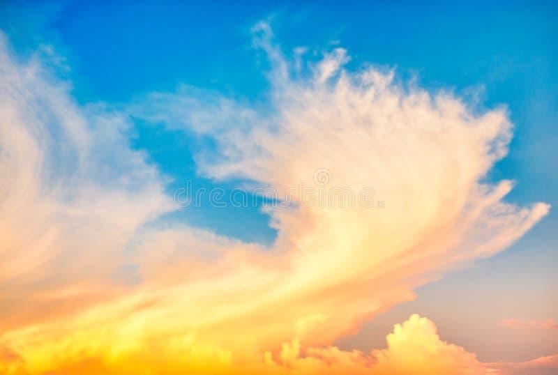 Schöne Wolkendecke bei Sonnenuntergang stockfotografie
