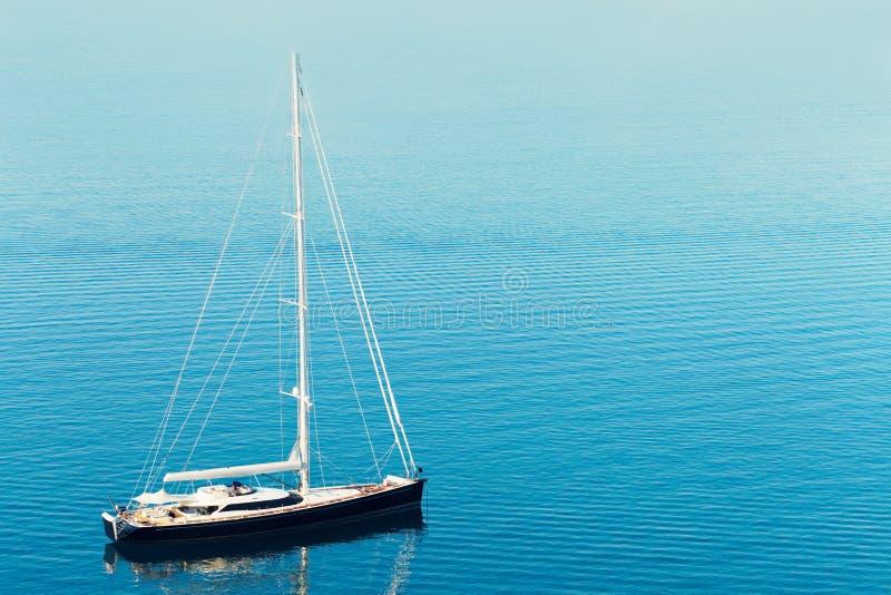 Schöne Yacht im Hafen nahe spaltete Stadt - Kroatien auf lizenzfreie stockfotografie