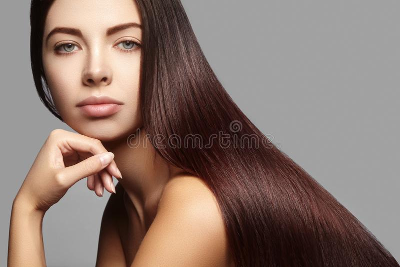 Schöne Yong-Frau mit dem lang geraden braunen Haar Sexy Mode-Modell mit glatter Glanzfrisur Keratinbehandlung stockbilder
