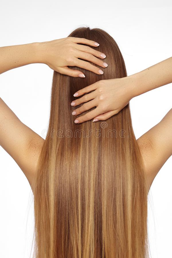 Schöne Yong-Frau mit dem lang geraden dunklen blonden Haar Mode-Modell mit glatter Glanz-Frisur Keratine-Behandlung lizenzfreie stockfotos
