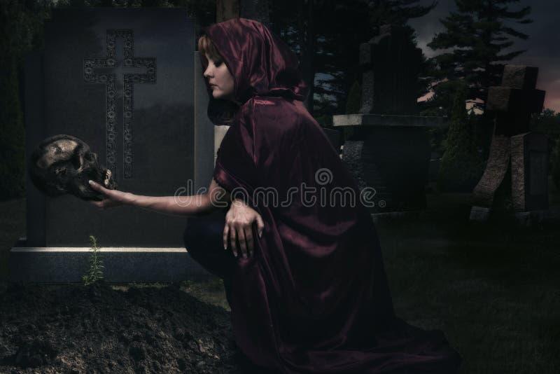 Schöne Zauberin im gruseligen Kirchhof stockfotos