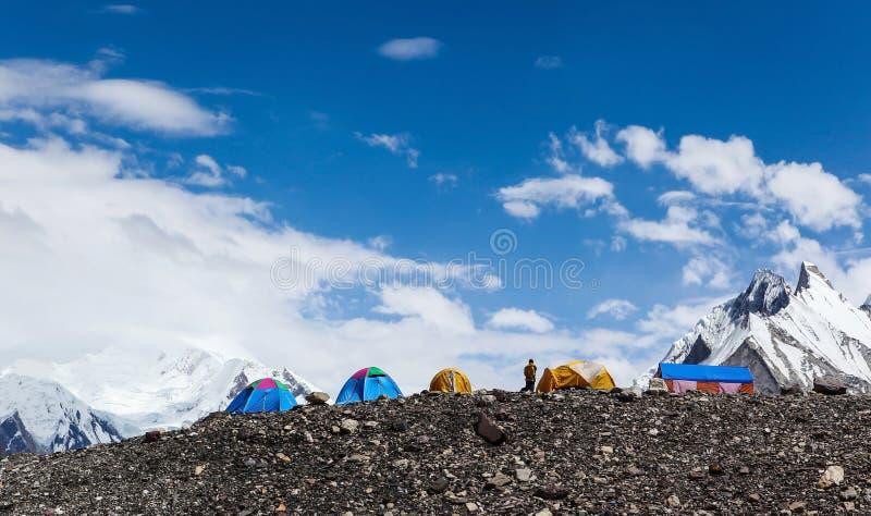 Schöne Zelte auf horizontalem an Concordia-Zeltplatz, Wanderung des niedrigen Lagers K2 stockbilder