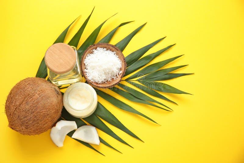 Schöne Zusammensetzung mit Kokosnussöl und Nüssen lizenzfreie stockfotografie