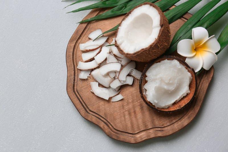 Schöne Zusammensetzung mit Kokosnussöl und Nüssen lizenzfreie stockbilder