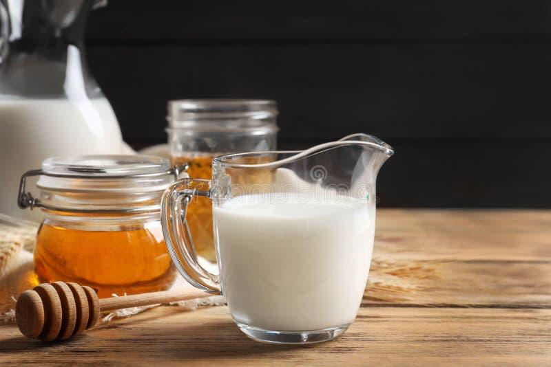 Schöne Zusammensetzung mit Milch und Honig lizenzfreie stockfotografie