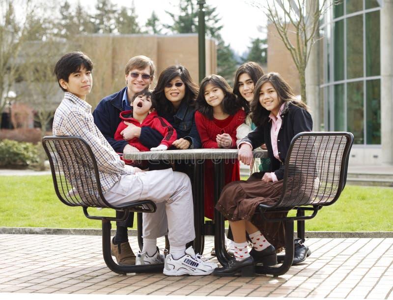 Schöne zwischen verschiedenen Rassen Familie, die zusammen sitzt stockfotos
