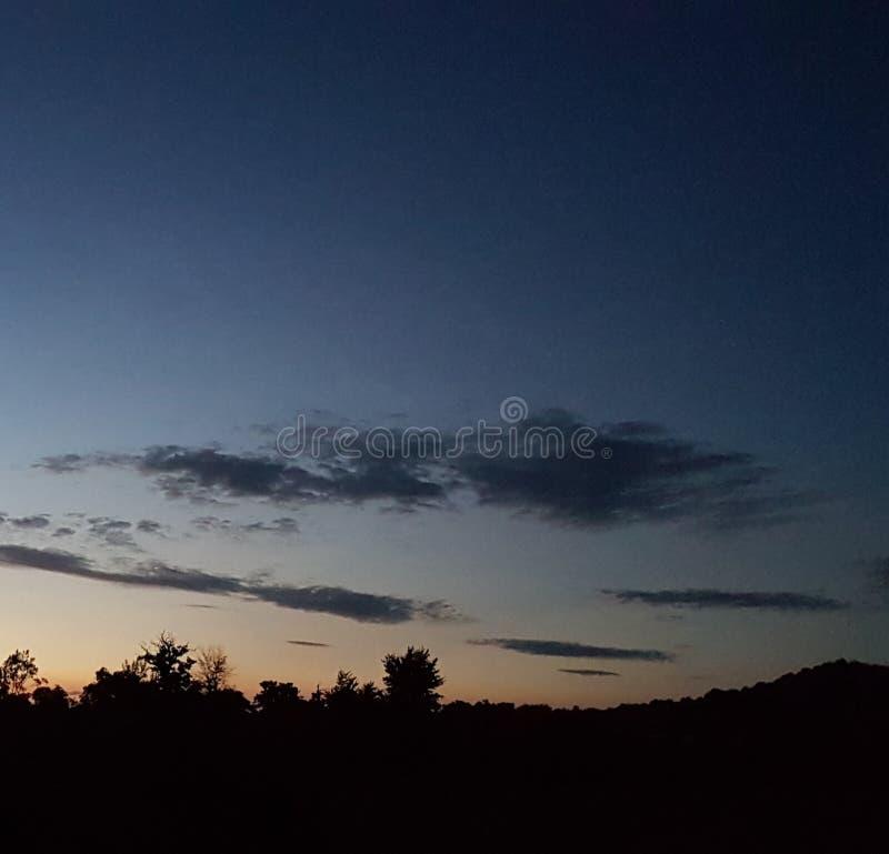 Schöner Abendhimmel mit Baumschattenbildern stockfotografie