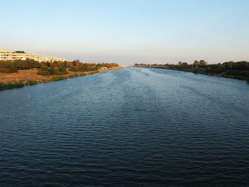 Schöner Abendsonnenuntergang mit Flussfoto, schöne Landschaft stockfotografie