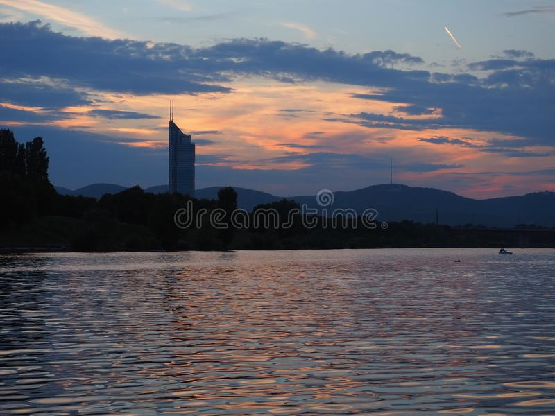 Schöner Abendsonnenuntergang mit Flussfoto in Wien lizenzfreie stockfotografie