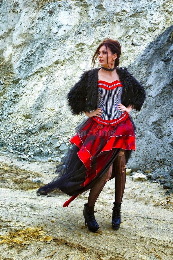 Schöner Abschluss der jungen Frau herauf Porträt in der Retro- Artweinlese Prallplattenartstirnband bw Vogue stockfoto
