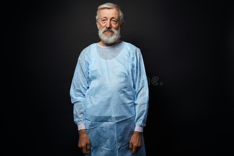 Schöner alter Chirurg nach Operation stockbild