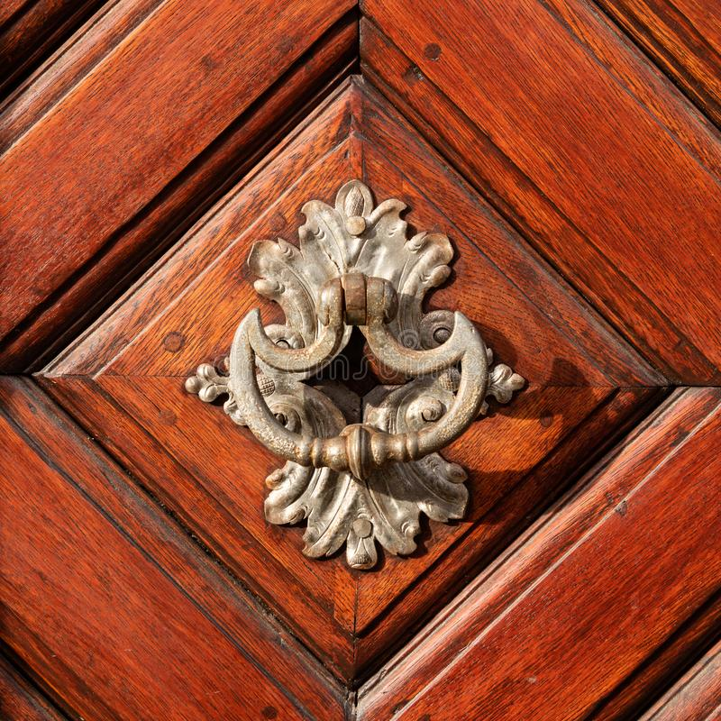 Schöner alter Türknauf hergestellt vom Silber auf einer braunen Tür lizenzfreies stockfoto
