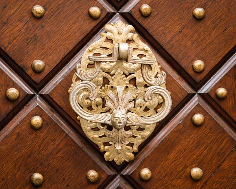 Schöner alter Türknauf hergestellt vom Silber auf einer braunen Tür stockfotos