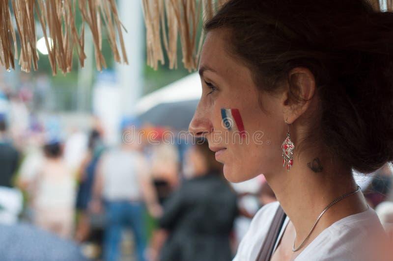 Schöner Anhänger des Fußballs mit französischer Flaggenmalerei auf Gesicht stockfotos