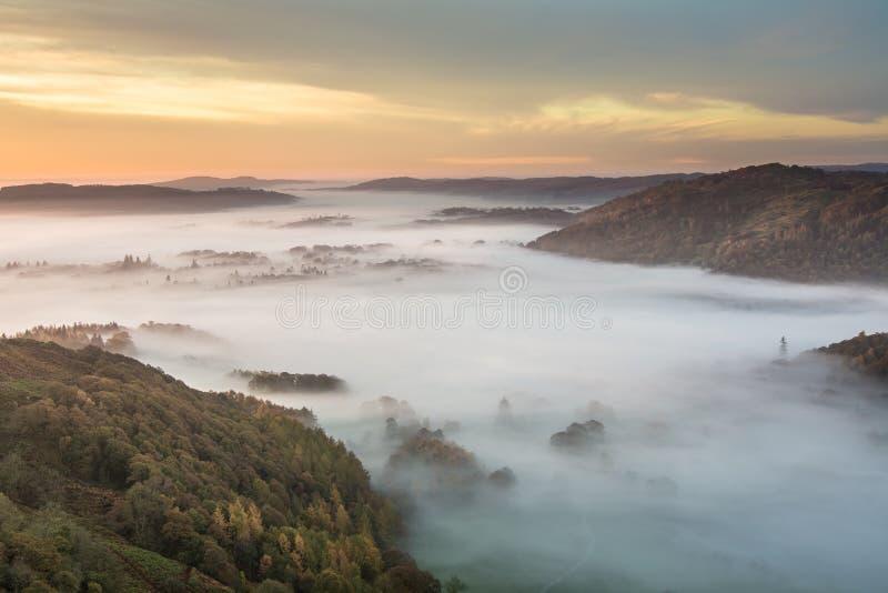 Schöner Autumn Morning Fog lizenzfreies stockbild