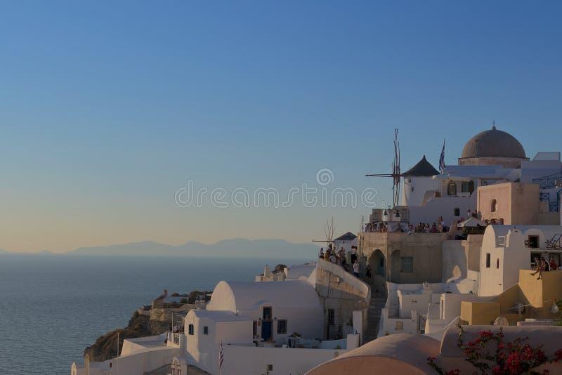 Schöner berühmter Ort des Sonnenuntergangs höchstens von Oia, Santorini Gre lizenzfreies stockbild